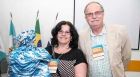 Aparecida Defante, do Cond. Solar das Amendoeiras, recebe o brinde do presidente Alberto Machado Soares