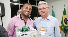 José Osmar, do Cond Royal Star, recebe o brinde entregue pelo diretor Nestor Porto