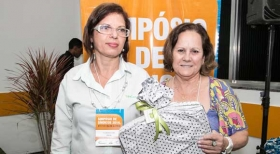 Neuza Caldas Maia, do Cond São Judas Tadeu, com a secretária do SinCond, Rosângela