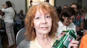 Therezinha Silveira, do Cond, União, com o brinde que ganhou no Simpósio de Síndicos
