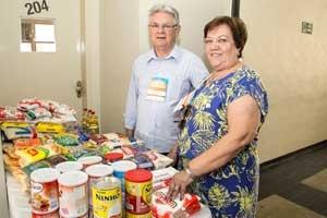 Os diretores do SinCond, Nestor Porto e Marly Barrozo, com os alimentos arrecadados